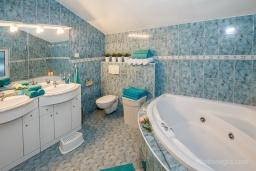 Ванная комната. Черногория, Зеленика : Уютный дом, с невероятным видом на Адриатическое море, располагается в 100 метрах от моря в живописном и спокойном районе Герцег-Нови