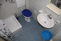 Ванная комната. Черногория, Игало : Студия на 1 этаже с балконом в 20 метрах от пляжа