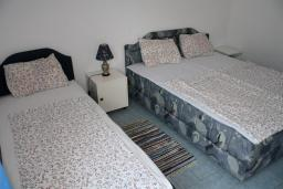 Спальня. Черногория, Игало : Апартамент на 1 этаже на 5 человек с балконом