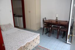Гостиная. Черногория, Игало : Апартамент на 1 этаже на 5 человек с балконом