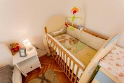 Спальня. Черногория, Игало : Этаж дома с двумя спальнями, на 6-8 человек, с большой кухней и гостиной комнатой, балконом с видом на море.