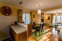 Гостиная. Черногория, Игало : Этаж дома с двумя спальнями, на 6-8 человек, с большой кухней и гостиной комнатой, балконом с видом на море.