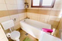 Ванная комната. Черногория, Игало : Этаж дома с двумя спальнями, на 6-8 человек, с большой кухней и гостиной комнатой, балконом с видом на море.