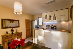 Кухня. Черногория, Игало : Этаж дома с двумя спальнями, на 6-8 человек, с большой кухней и гостиной комнатой, балконом с видом на море.