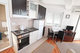 Гостиная. Черногория, Игало : Современный апартамент с отдельной спальной комнатой в новом здании с лифтом с замечательным видом на море
