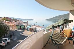 Балкон. Черногория, Игало : Современный апартамент с отдельной спальной комнатой в новом здании с лифтом с замечательным видом на море