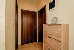 Коридор. Черногория, Герцег-Нови : Апартамент с отдельной спальней, с балконом и видом на море