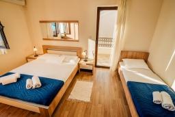 Спальня. Черногория, Герцег-Нови : Апартамент с отдельной спальней, с балконом и видом на море