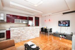 Гостиная. Черногория, Игало : Превосходный люкс апартамент 90м2, в новом доме для семьи из 4-6 человек. Большая гостиная, две отдельные спальни, балкон с видом на море, Wi-Fi, Спутниковое ТВ, стиральная машина, оборудованная кухня, 2 кондиционера, до мелко-галечного пляжа всего 100м!!