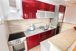 Кухня. Черногория, Игало : Превосходный люкс апартамент 90м2, в новом доме для семьи из 4-6 человек. Большая гостиная, две отдельные спальни, балкон с видом на море, Wi-Fi, Спутниковое ТВ, стиральная машина, оборудованная кухня, 2 кондиционера, до мелко-галечного пляжа всего 100м!!