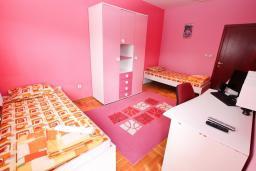 Спальня. Черногория, Игало : Превосходный люкс апартамент 90м2, в новом доме для семьи из 4-6 человек. Большая гостиная, две отдельные спальни, балкон с видом на море, Wi-Fi, Спутниковое ТВ, стиральная машина, оборудованная кухня, 2 кондиционера, до мелко-галечного пляжа всего 100м!!
