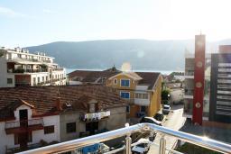 Вид. Черногория, Игало : Превосходный люкс апартамент 90м2, в новом доме для семьи из 4-6 человек. Большая гостиная, две отдельные спальни, балкон с видом на море, Wi-Fi, Спутниковое ТВ, стиральная машина, оборудованная кухня, 2 кондиционера, до мелко-галечного пляжа всего 100м!!