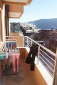 Балкон. Черногория, Игало : Превосходный люкс апартамент 90м2, в новом доме для семьи из 4-6 человек. Большая гостиная, две отдельные спальни, балкон с видом на море, Wi-Fi, Спутниковое ТВ, стиральная машина, оборудованная кухня, 2 кондиционера, до мелко-галечного пляжа всего 100м!!