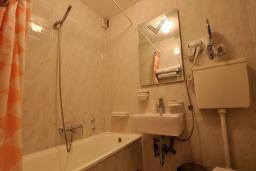 Ванная комната. Черногория, Петровац : Апартаменты с отдельной спальней