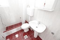 Ванная комната. Черногория, Петровац : Апартаменты на 5 персон, 2 спальни, с видом на море