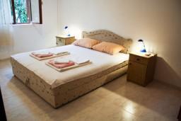 Спальня. Черногория, Петровац : Апартаменты на 4 персоны, 2 спальни, с террасой на первом этаже