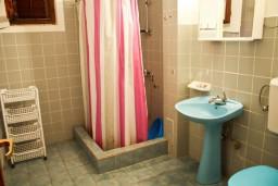 Ванная комната. Черногория, Петровац : Апартаменты на 4 персоны, 2 спальни, с террасой на первом этаже