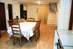 Гостиная. Черногория, Петровац : Апартаменты на 4 персоны, 2 спальни, с террасой на первом этаже