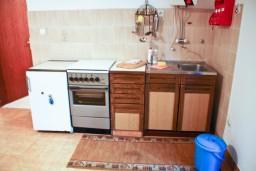 Кухня. Черногория, Петровац : Апартаменты на 4 персоны, 2 спальни, с террасой на первом этаже