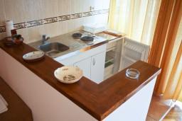 Кухня. Черногория, Петровац : Апартамент с балконом в 250 метрах от моря