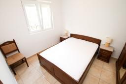 Спальня. Черногория, Петровац : Апартамент в Петроваце с отдельной спальней и оборудованной кухней