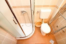 Ванная комната. Черногория, Петровац : Апартамент в Петроваце с отдельной спальней и оборудованной кухней