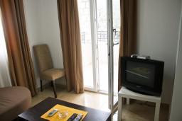 Гостиная. Черногория, Петровац : Апартамент в Петроваце на первом этаже с балконом