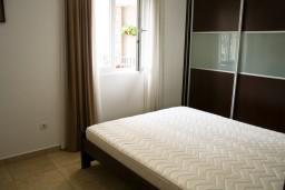 Спальня. Черногория, Петровац : Апартамент в Петроваце на первом этаже с балконом