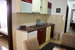 Кухня. Черногория, Петровац : Апартамент в Петроваце на первом этаже с балконом