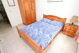 Спальня. Черногория, Петровац : Апартамент 80м2 с тремя спальнями с балконом и видом на море в Петроваце