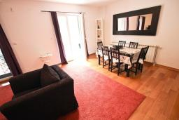 Гостиная. Черногория, Петровац : Апартамент для 8 человек, 2 спальни, 2 ванны, большая гостиная с полностью укомплектованной кухней, 2 террасы, стиральная машина, DVD, 3 кондиционера, Wi-Fi.