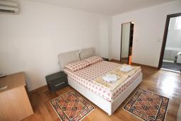 Спальня. Черногория, Петровац : Апартамент для 8 человек, 2 спальни, 2 ванны, большая гостиная с полностью укомплектованной кухней, 2 террасы, стиральная машина, DVD, 3 кондиционера, Wi-Fi.