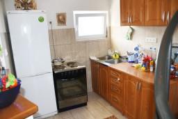 Кухня. Черногория, Мельине : Апартамент для 5 человек с двумя отдельными спальнями, с балконом и видом на море
