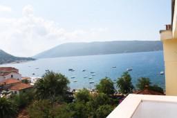 Вид на море. Черногория, Мельине : Апартамент для 5 человек с двумя отдельными спальнями, с балконом и видом на море