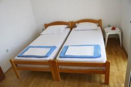 Спальня. Черногория, Мельине : Апартамент с отдельной спальней, с балконом и видом на море