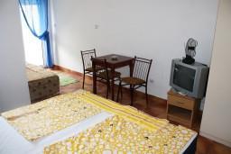 Студия (гостиная+кухня). Черногория, Игало : Студия на 2 этаже с балконом на берегу детского пляжа