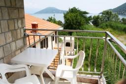 Вид на море. Черногория, Игало : Студия на 3 этаже с балконом