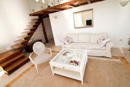 Гостиная. Черногория, Святой Стефан : 2-х этажный люкс апартамент для 4-5 человеек, с двумя спальнями на Святом Стефане, с балконом с шикарным видом на море