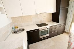Кухня. Черногория, Святой Стефан : 2-х этажный люкс апартамент для 4-5 человеек, с двумя спальнями на Святом Стефане, с балконом с шикарным видом на море