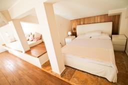 Спальня. Черногория, Святой Стефан : 2-х этажный люкс апартамент для 4-5 человеек, с двумя спальнями на Святом Стефане, с балконом с шикарным видом на море