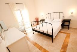 Спальня 2. Черногория, Святой Стефан : 2-х этажный люкс апартамент для 4-5 человеек, с двумя спальнями на Святом Стефане, с балконом с шикарным видом на море