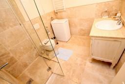 Ванная комната. Черногория, Святой Стефан : 2-х этажный люкс апартамент для 4-5 человеек, с двумя спальнями на Святом Стефане, с балконом с шикарным видом на море