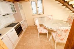 Кухня. Черногория, Святой Стефан : 2-х этажный люкс апартамент для 4-5 человек, с двумя спальнями на Святом Стефане
