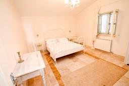Спальня. Черногория, Святой Стефан : 2-х этажный люкс апартамент для 4-5 человек, с двумя спальнями на Святом Стефане