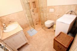 Ванная комната. Черногория, Святой Стефан : 2-х этажный люкс апартамент для 4-5 человек, с двумя спальнями на Святом Стефане