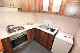 Кухня. Черногория, Герцег-Нови : Большой апартамент с отдельной спальней, огромным балконом и видом на море