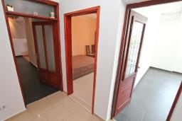 Коридор. Черногория, Герцег-Нови : Большой апартамент с отдельной спальней, огромным балконом и видом на море