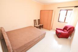 Спальня. Черногория, Герцег-Нови : Большой апартамент с отдельной спальней, огромным балконом и видом на море