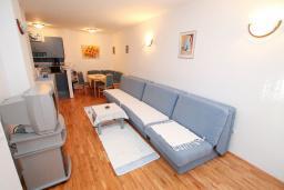 Гостиная. Черногория, Рафаиловичи : Апартамент с гостиной и спальней на 1 этаже с большой террасой