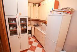 Кухня. Черногория, Рафаиловичи : Полностью оборудованный апартамент со стиральной и посудомоечной машиной, террасой, в 2 минутах от пляжа Рафаиловичи